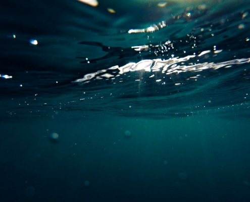 sous la surface de l'eau