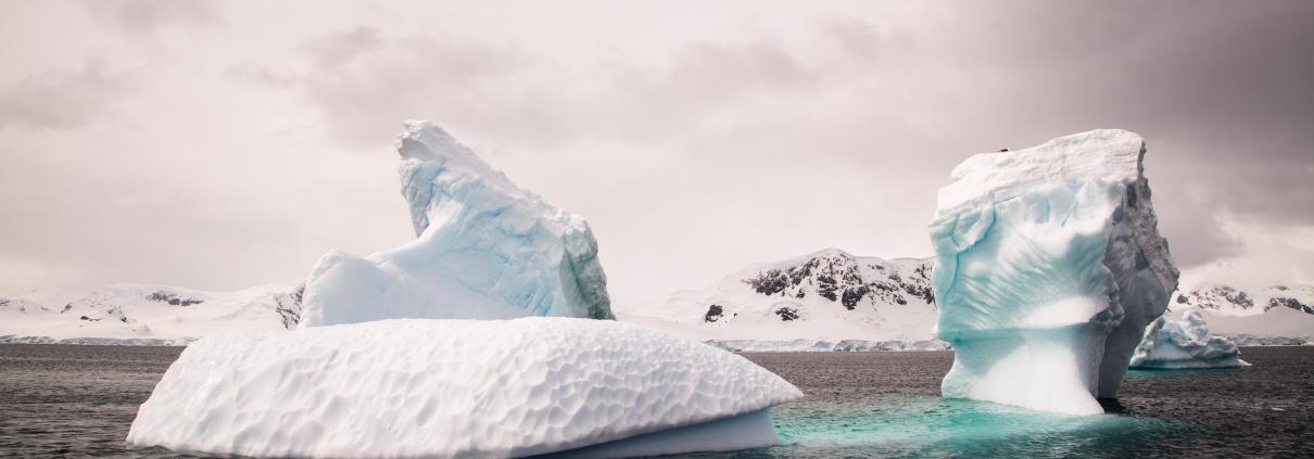 Iceberg sur l'eau